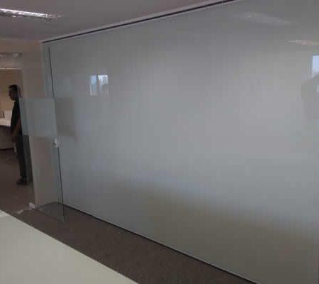 Divisória Retrátil com Vidro Branco